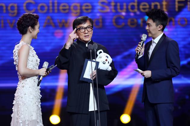成龙携新片《龙之战》现身大影节称冯小刚是偶像