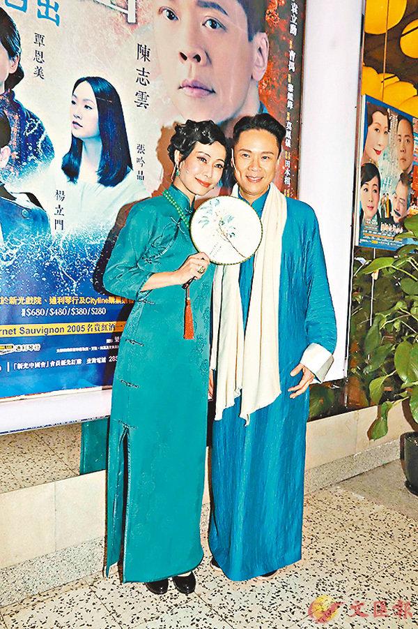 陈志云(右)指叶童强行要他摸她的胸口。