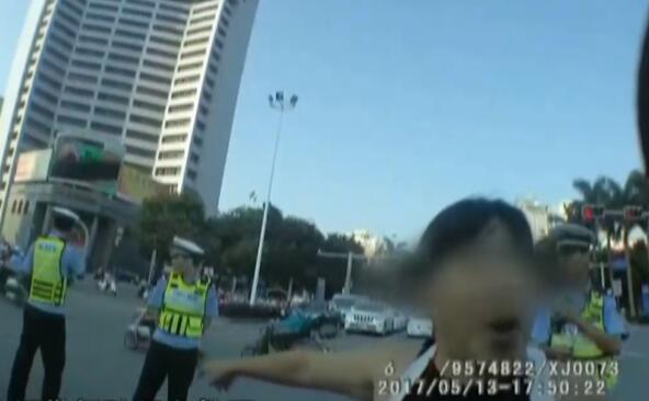 """广西一女子抗拒交警执法 被问身份自称""""你姑奶奶"""""""