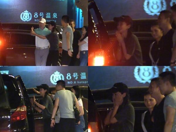 Angelababy送喝醉的冯小刚上车。