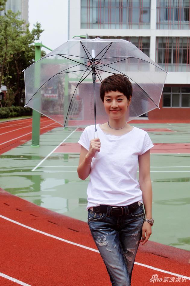 马伊�P笑容甜美撑伞