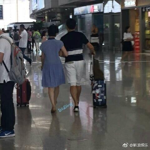 刘诗诗、吴奇隆机场手勾手放闪