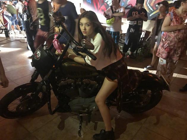 林允晒剧组骑摩托车帅照 长发飘飘秀大长腿