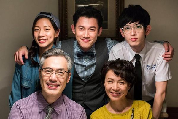 陈妤(上排左1)以《恋爱沙尘暴》入围金钟奖女配角奖及新人奖