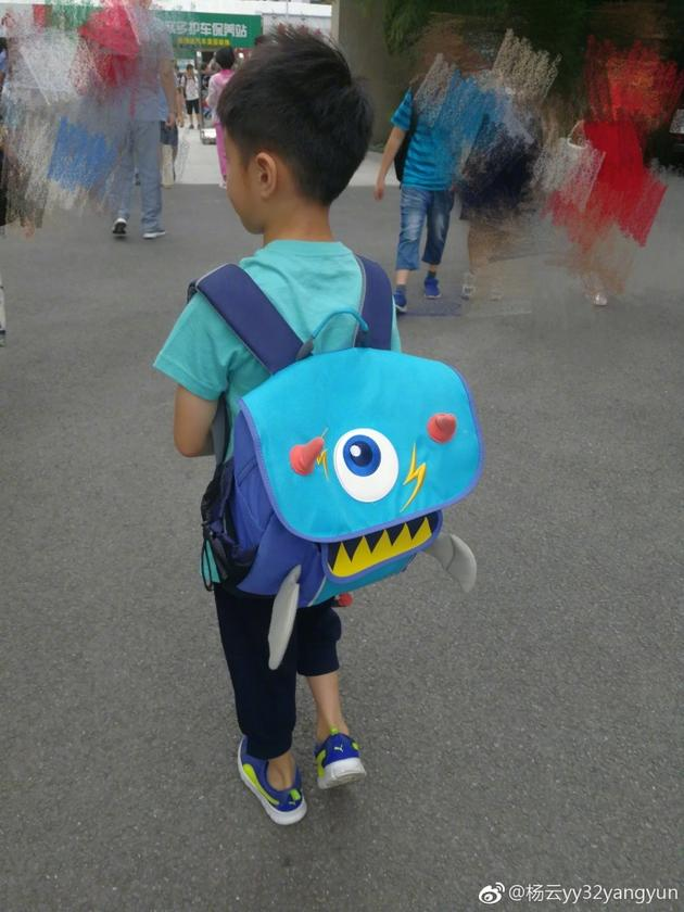 终于开学了!杨阳洋背书包去上学杨云表示很开心