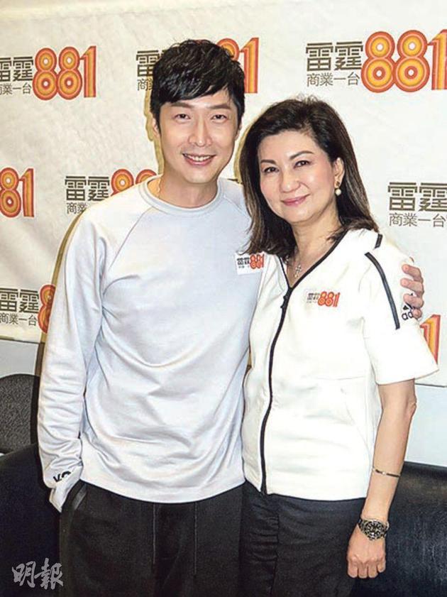 马浚伟在商台主持节目,第一集就请来传不和的乐易玲担任嘉宾,两人还搭肩膀拍合照。