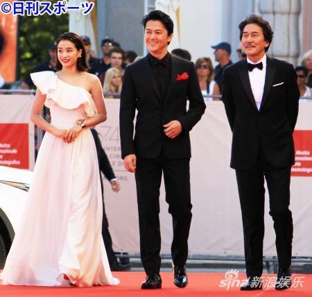 当地时间9月5日意大利威尼斯国际电影节左起广濑丝丝、福山雅治、役所广司走红毯