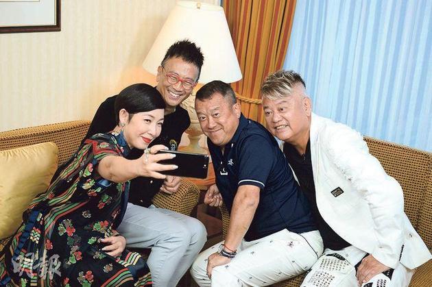 黎芝珊(左起)主持《最佳拍档》访问郑丹瑞、曾志伟及陈百祥,录影前先玩自拍。