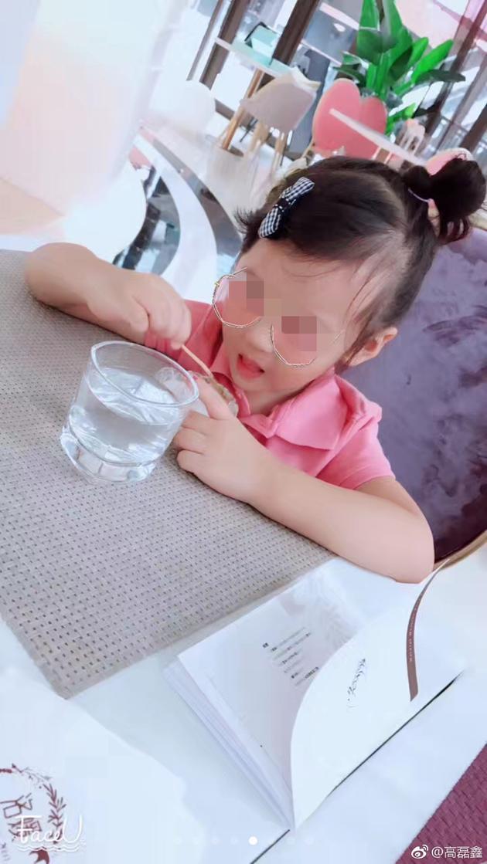 高磊鑫微博曾经晒出两个小女孩