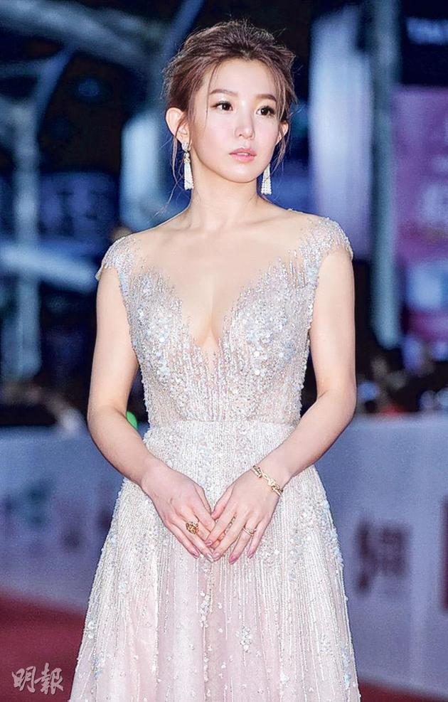 郭书瑶穿低胸装秀出骄人上围。