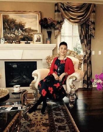 范妈妈坐在充满古典风情的客厅