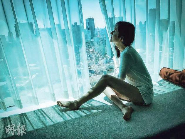 唐诗咏展示美腿,没有犯公司的禁色令。