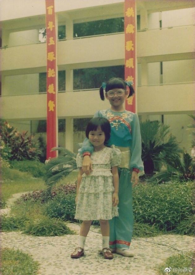 孙燕姿童年照年代感十足 粉丝称妹妹可爱完胜姊姊