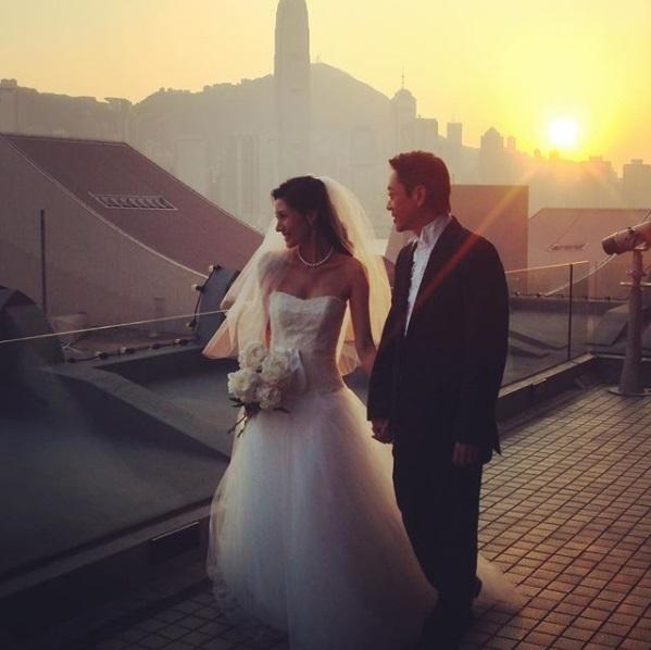 李嘉欣晒出2008年的婚纱照庆祝陶婚
