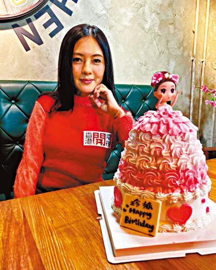 李丽珍获赠生日蛋糕 对感情事随缘