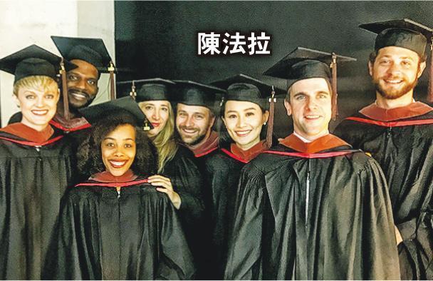 陈法拉跟同学们合照留念。