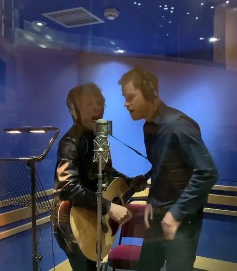 哈里王子与摇滚天团邦乔飞相符唱