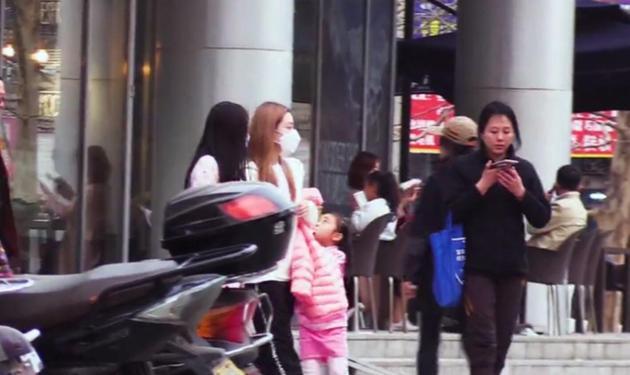 网友偶遇李小璐带女儿逛街