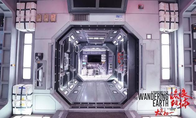 《流浪地球》中的太空舱内部场景图