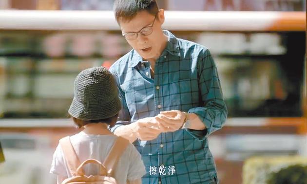 罗大佑在《伴侣》MV中,帮女儿喷酒精消毒双手。