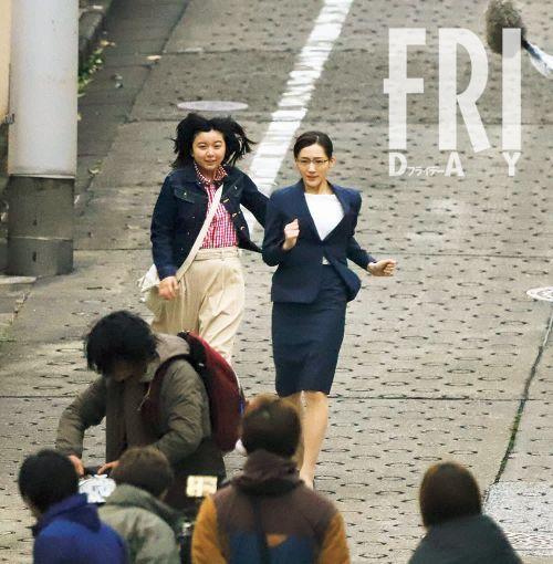 綾瀨遙與上白石萌音拍戲在坡道上奔跑