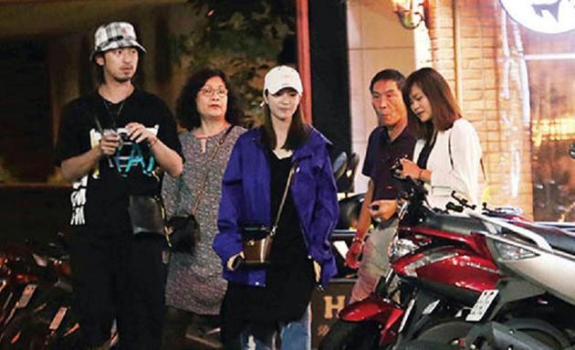 陳柏霖帶著父母、妹妹等家人一起吃燒肉,交往7年的女友庭萱也以準媳婦之姿,參與這場家庭聚會。