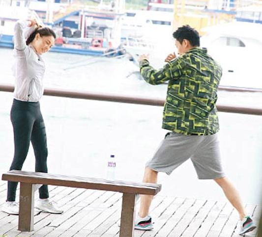 何浩文骤然扮演打拳,想哄女朋侪喜悦。