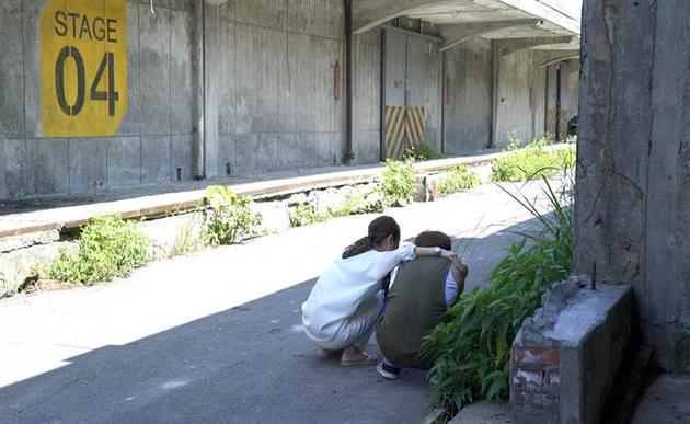 林心如蹲在张轩睿身边陪着他,帮助他入戏。