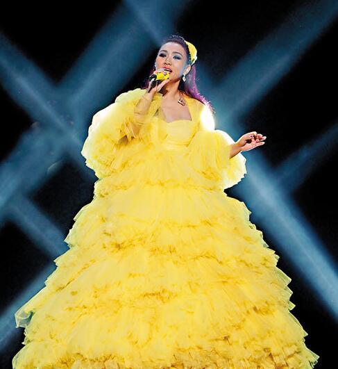 黎瑞恩穿上黄色低胸裙。