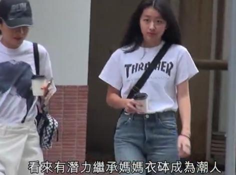 徐濠萦与女儿陈åº・堤现身视察店铺