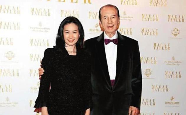 何超琼(左)