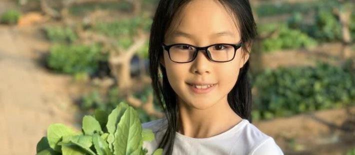 佟大为一家五口外出摘果蔬 12岁大女儿五官精致气质佳