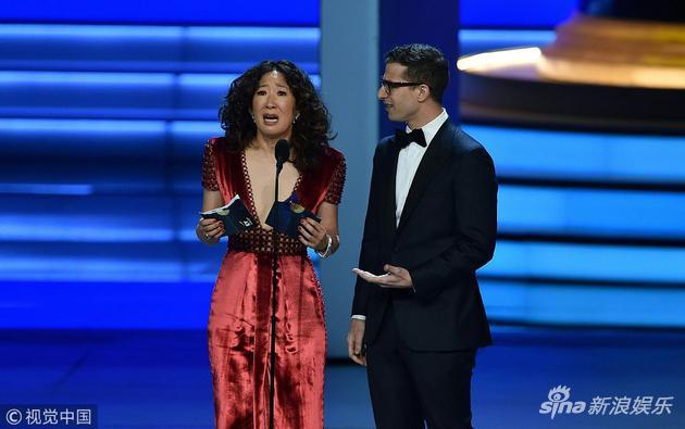 吴珊卓与安迪·萨姆伯格为艾美奖颁发最佳喜剧编剧奖