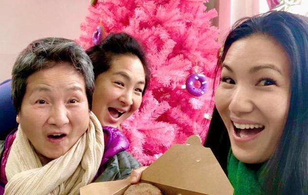 郑佩佩与两个女儿的合影