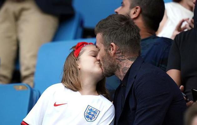 小贝亲吻女儿