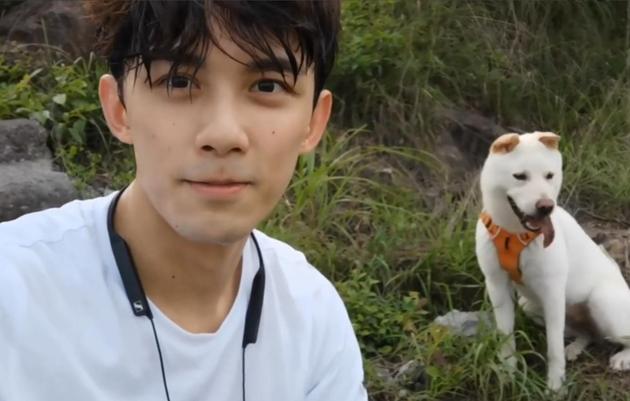 吴磊带喜欢犬幼北爬山
