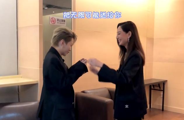 郑希怡回应追星成功刘雨昕 霸气姐姐展现害羞一面