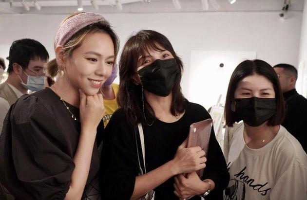 许茹芸(右起)、李心洁捧场夏于乔画展