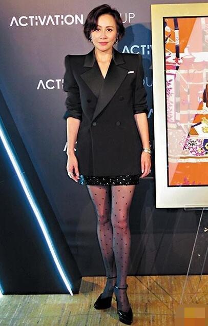 刘嘉玲一身打扮俨如女强人。