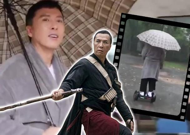 甄子丹在雨中踩着均衡车