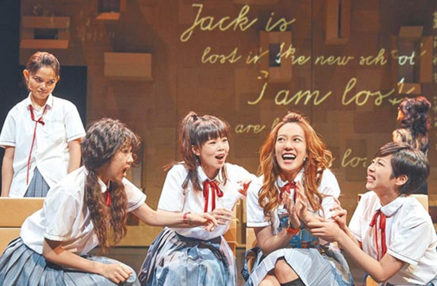 孟耿如(右二)在舞台剧《花吃花》饰演外在奔放,内心却极度渴望亲情的高中生。