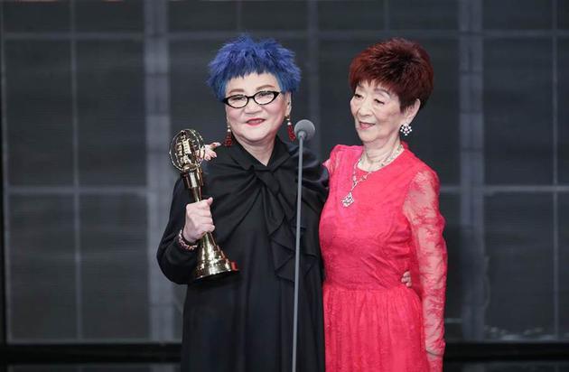 张小燕和妈妈同台分享荣耀