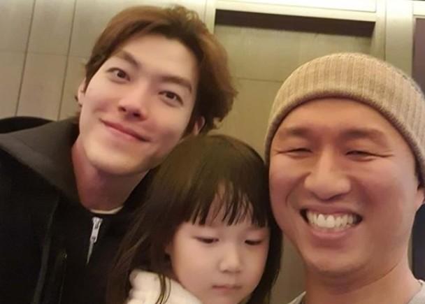 金宇彬与记者和其女儿相符照