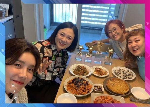 《饭bless you 2》有制作人确诊新冠肺炎,张度妍(左)、金淑、宋恩伊及朴娜莱会接受病毒测试。