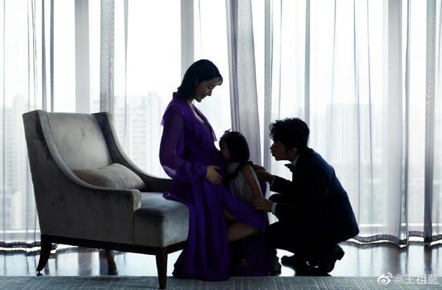 王祖蓝晒全家福表白未出生宝宝:期待你的到来
