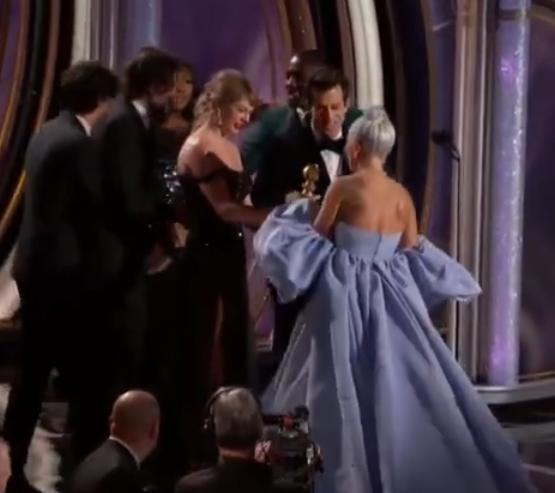 霉霉为Lady Gaga颁奖