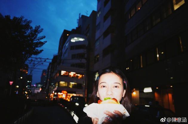 陈意涵晒吃汉堡的照片