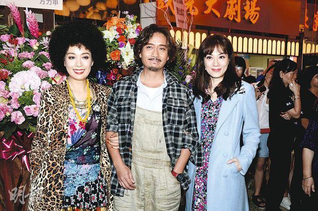 戴了爆炸头假发的江美仪(左起)与谢君豪、张可颐合演舞台剧《但愿人长久》,昨晚(8月25日)在新光戏院首演。
