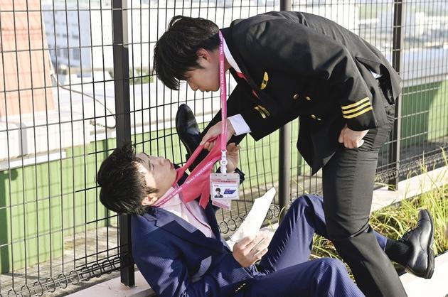 """日劇《大叔的愛-in the sky-》劇照,田中圭被千葉雄大""""網咚"""""""