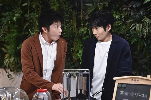日劇《大叔的愛-in the sky-》劇照,田中圭在戶次重幸身邊大口吃飯